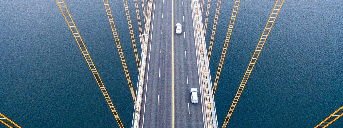 pont en suspensió amb cotxes creuant